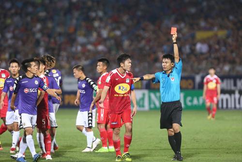 Chiếc thẻ đỏ của Tăng Tiến làm thay đổi cục diện trận đấu, nhưng thất bại của HAGL xuất phát từ nhiều nguyên nhân. Ảnh: Lâm Thỏa.