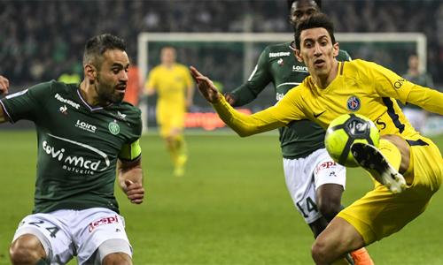 PSG (áo vàng) chơi rất kém hứng khởi trên sân Saint Étienne. Ảnh: AFP.