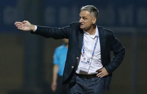 HLV Mihail Marian tiết lộ cầu thủ Thanh Hóa không tuân thủ chiến thuật ban huấn luyệnđề ra. Ảnh: Lâm Thỏa