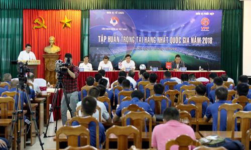 Các trọng tài tập huấn trước thềm giải Hạng Nhất Quốc gia.