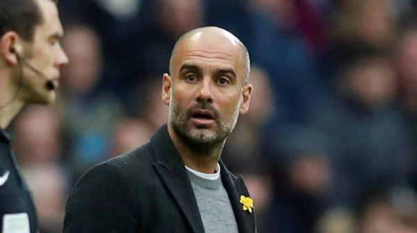 Hai sắc thái đối lập của Guardiola trong hiệp một và hiệp hai. Ảnh:Reuters.