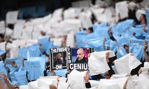 CĐV Man City gọi Guardiola là thiên tài, còn Mourinho là kẻ về đích. Ảnh: Sports Mail.