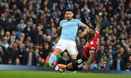 Tình huống Aguero ngã trong vòng cấm Man Utd. Ảnh: Sports Mail.