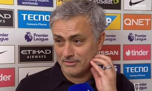 Mourinho lộ vẻ hoan hỉ sau chiến thắng Guardiola lầnđầu tiên ở Ngoại hạng Anh. Ảnh: Sky Sports.