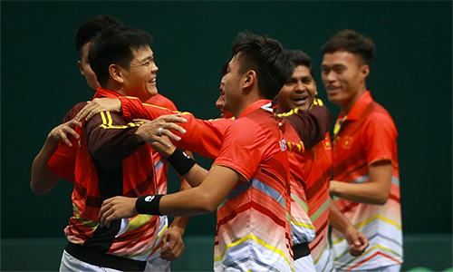 Niềm vui của các tuyển thủ Việt Nam sau khi giành vé thăng hạng Davis Cup.