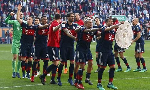 Cầu thủ Bayern vui mừng sau khi lập kỷ lục lần thứ 6 liên tiếp vô địch Bundesliga. Ảnh: AP.