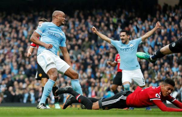 Kompany mở tỷ số gợi nhớ lại bàn thắng ở trận derby Manchester mùa 2012. Ảnh:Reuters.