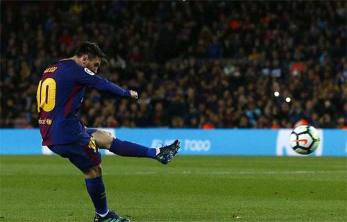 Messi mở tỷ số bằng cú sút phạt trực tiếp. Ảnh: Reuters