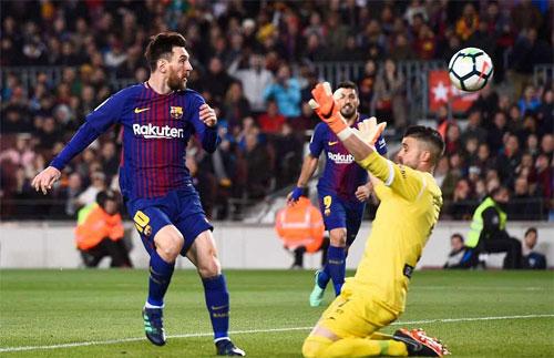 Thủ môn Cuellar không kịp ngăn bàn ấn định chiến thắng cho Barca.