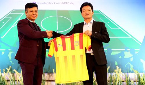 HLV Văn Sỹ (phải) trở về dẫn dắt đội bóng quê hương chinh chiến tại V-League. Ảnh: Quang Minh