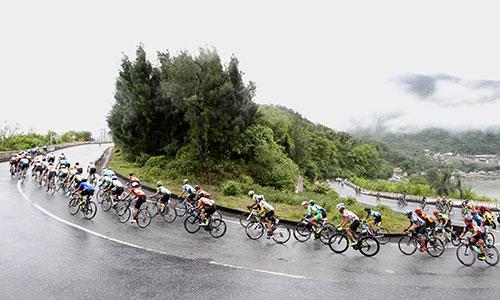 Các tay đua chinh phục đường đèo trong thời tiết khắc nghiệt. Ảnh: Văn Thuận.