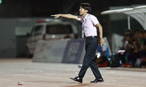 HLV Miura chưa hài lòng với sự thể hiện trên hàng công của các tiền đạo. Ảnh: Đức Đồng.