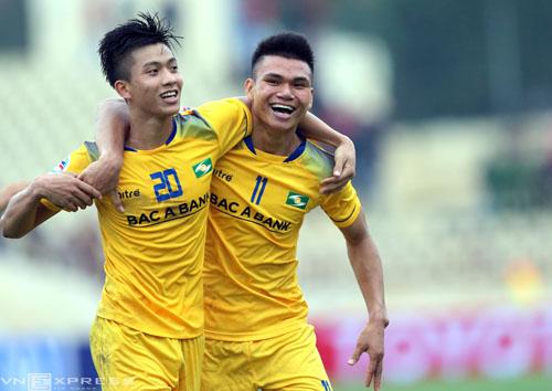 Văn Đức (trái) ăn mừng bàn thắng vào lưới Johor Darul Tazim. Ảnh: Quang Minh