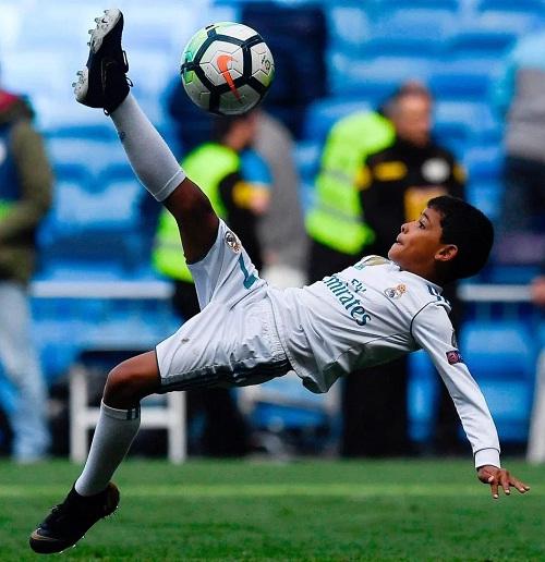 Ronaldo Jr thực hiện động tác móc bóng, gợi nhớ bàn thắng kinh điển của cha. Ảnh: AFP.