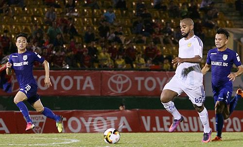 CLB Quảng Nam tức giận vì Claudecir (áo trắng) đàm phán với đội bóng khác ở V-League khi còn hợp đồng một năm. Ảnh: Ngọc Dung