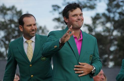 Nhận chiếc áo xanh danh giá từ cựu vô địch Sergio Garcia, Patrick Reed giúp làng golf Mỹ thống trị cả bốn giải major lúc này.