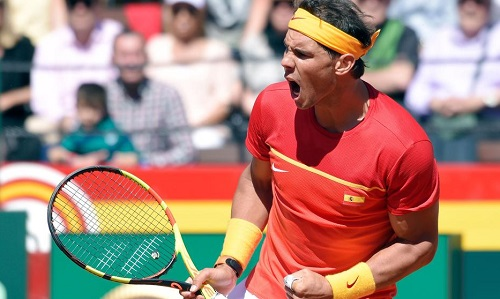 Nadal lấn ápZverev trên sân đất nện. Ảnh: AFP.
