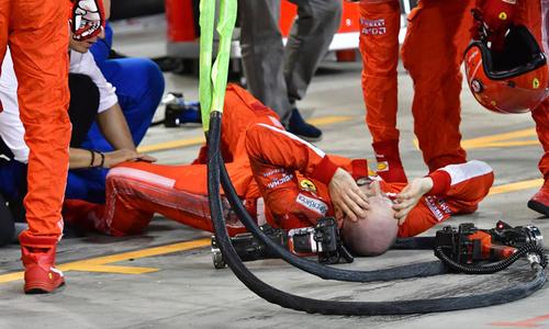 Raikkonen đâm xe, làm gãy chân thợ máy của Ferrari