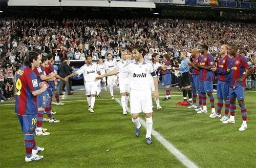 Barca từng xếp hàng vỗ tay chúc mừng Real vô địch La Liga trong trận El Clasico cuối mùa 2007-2008. Ảnh: Marca