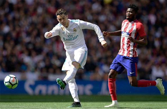 Cú đại bác của Ronaldo buộc Oblak phải đẩy ra chịu phạt góc. Ảnh: Reuters