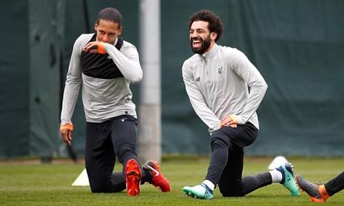 Bộ đôi Van Dijk, Salah thoải mái cười đùa trên sân tập. Ảnh: Reuters.