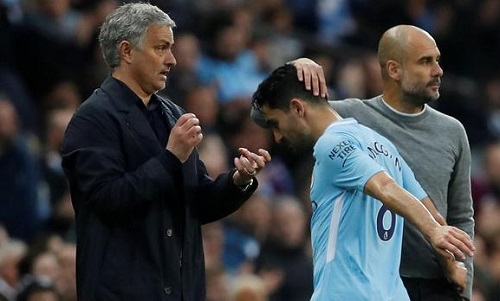 Mourinho (trái) bị ném đồng xu vào người trong trận gặp Man City. Ảnh: Reuters.