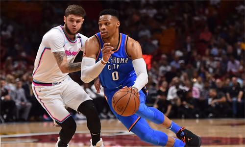 Westbrook (cầm bóng) giúp Thunder giành vé play-off sau một mùa giải phập phù. Ảnh: USA Today.