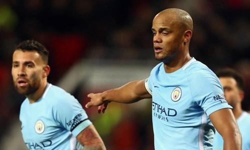 Otamendi và Kompany là cặp trung vệ trong hai trận gần nhất của Man City. Ảnh: Reuters.