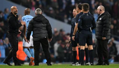 Guardiola phản ứng với trọng tài ở cuối hiệp một khiến ông bị đuổi lên khán đài. Ảnh:AFP.