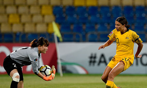Thủ môn Khổng Thị Hằng có một ngày làm việc vất vả nhưng không thể giúp Việt Nam tránh một trận thua đậm. Ảnh: AFC.