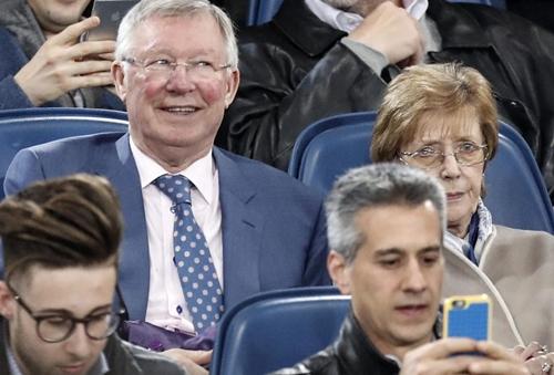 Alex Ferguson trên khán đài sân Olimpico tối 10/4. Ảnh: EPA.