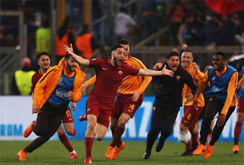 Các cầu thủ Roma đuổi theo chia vui với người hùng Manolas, hậu vệ ghi bàn thứ ba cho Roma. Ảnh: Reuters