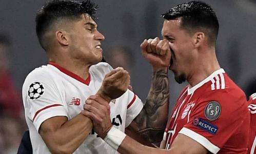 Hậu vệ Correra va chạm với Sandro Wagner bên phía Bayern. Ảnh:EPA.