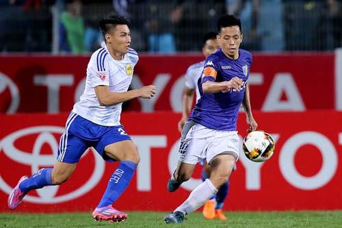 Văn Quyết nhận được lời mời sang Thái Lan và Malaysia thi đấu nhưng phút cuối anh quyết định ở lại dìu dắt lứa trẻ của CLB Hà Nội.