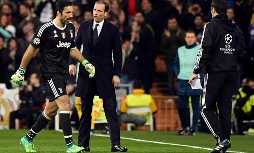 Buffon lần đầu nhận thẻ đỏ ở Champions League. Ảnh: AFP.