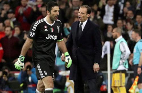 Allegri và thủ môn Buffon cùng bức xúc sau khi bị thổi phạt đền. Ảnh: Reuters