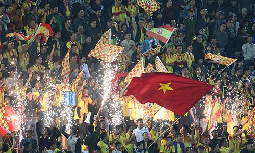 Sân Thiên Trường chật kín khán giả khi Nam Định trở lại V-League sau bảy năm vắng bóng. Ảnh: Lâm Thoả.