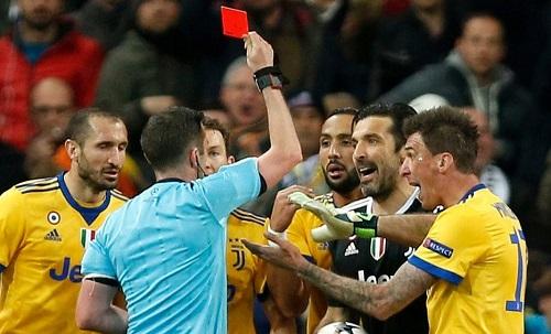 Buffon nhận thẻ đỏ với lỗi phản ứng. Ảnh: AP.