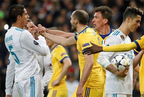 Chiellini (giữa) cay cú vì Juventus bị phạt penalty ở những phút cuối và bị loại. Ảnh: Reuters
