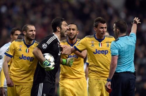 Buffon tranh cãi với trọng tài về quyết định thổi phạt đền phút bù giờ. Ảnh: AFP.