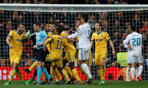 Trọng tài Michael Oliver đã xử lý bình tĩnh trước áp lực của cầu thủ Juventus. Ảnh: Reuters.