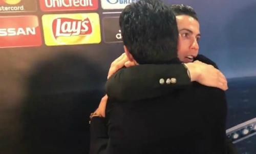 Ronaldo chen ngang màn trả lời phỏng vấn của Buffon để an ủi đàn anh.