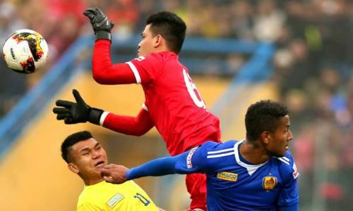 Văn Hùng (áo đỏ) là thủ môn số hai cùa Sông Lam Nghệ An. Ảnh: Quang Minh.