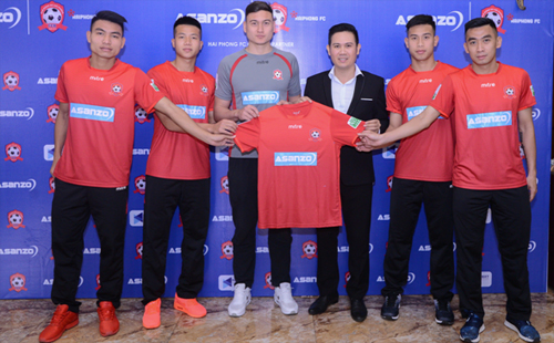 Ông Phạm Văn Tam trong lễ ký hợp đồng tài trợ cho CLB Hải Phòng.