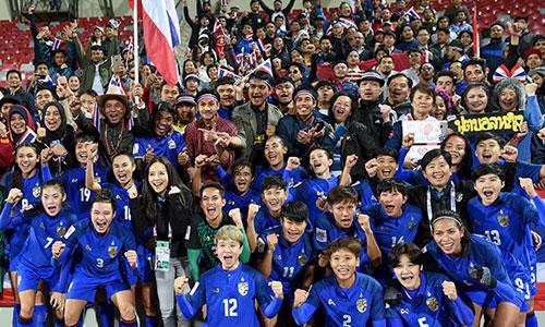 Các cô gái Thái Lan chia vui với người hâm mộ sau lần thứ hai liên tiếp giành vé dự World Cup. Ảnh: AFC.