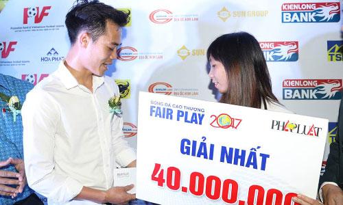 Văn Toàn trao ngay 40 triệu đồng cho Thuỳ Trang ngay sau khi anh nhận giải.