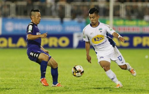 Văn Thanh (phải) và các đồng đội đang kiếm tìm chiến thắng đầu tiên ở V-League 2018. Ảnh: Đức Đồng.