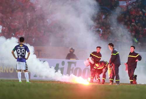 CĐV Hải Phòng đốt pháo sáng ném xuống sân, khiến trọng tài phải cho trận đấu giữa Hà Nội và Hải Phòng kết thúc sớm. Ảnh: Ngọc Dung