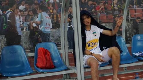 Tuấn Anh ngồi buồn trong khu kỹ thuật. Ảnh: Hoàng Linh AFC.
