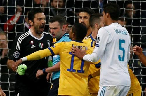 Buffon hét vào mặt trọng tài Oliver. Ảnh:Reuters.
